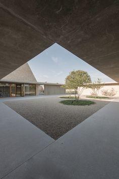 Patio Capilla Funeraria Ingelheim / Bayer & Strobel Architekten