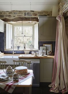 This adorably charming English country stone cottage - to die for and reminds me of Kate Winslet's country cottage in The Holiday. Style At Home, Country Style Homes, Rustic Style, Farmhouse Style Kitchen, Modern Farmhouse Kitchens, English Cottage Interiors, English Cottage Kitchens, Style Cottage, English Cottage Style