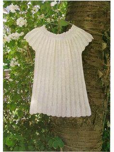 Lille pigekjole i hulmønster - opskrift er gratis kan bestilles ved køb af garn til modellen.