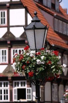 Straßenlaterne mit Blumenschmuck in Hameln