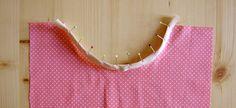 Un escote, una sisa o un bajo redondeado pueden ser pulidos con una cinta al bies tranquilamente. De hecho, es un tipo de terminación de lo más eficaz, porque en muchas ocasiones nos ahorra tener que poner una vista o hacer un dobladillo probablemente no muy exitoso.