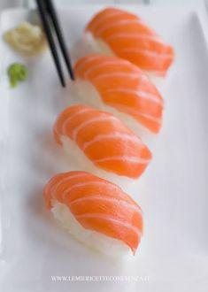 Nigiri sushi homemade, la ricetta per fare i nigiri al salmone Sushi Co, Nigiri Sushi, Sashimi, Oshi Sushi, Sushi Rice Recipes, Candy Sushi, Japanese Food Sushi, Sushi Party, Salmon Sushi