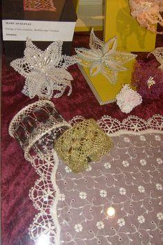 Detalle de pañuelo con puntilla de Guipur. Pulseras con y sin armazón, de encaje de torchón, flores realizadas con encaje moderno de torchón.