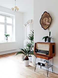 Vintage radio in a white walled room. Clean and simple. Want a vintage radio so bad!