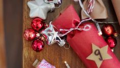 Adventskalender unter dem Weihnachtsbaum