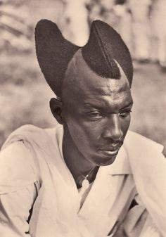 Hombre de Ruanda con el cabello al estilo Amasunzu. 1927.