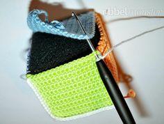 21 Juguetes de Crochet para todas las edades | Crochet.eu Crochet Baby Toys, Knit Or Crochet, Crochet For Kids, Free Crochet, Crochet Flower Patterns, Baby Patterns, Crochet Flowers, Baby Mobile, Doll Toys