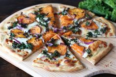 Sweet Potato Kale Pizza Recipe on twopeasandtheirpo. Our favorite fall pizza! Make a cauliflower crust and it's low carb :-) Potato Pizza Recipe, Sweet Potato Pizza, Sweet Potato Kale, Sweet Pizza, Potato Onion, Baked Potato, Kale Recipes, Potato Recipes, Vegetarian Recipes
