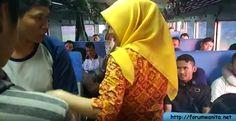 foto wanita berjilbab kuning di atas kereta api