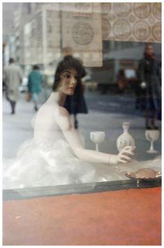 Et si un jour les mannequins ne restaient plus de bois. / Photo by Saul Leiter, Photography Gallery, Film Photography, Fine Art Photography, Street Photography, Magical Photography, Fashion Photography, Reflection Photography, Contemporary Photography, Glamour Photography