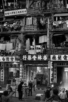 Frank Horvat, Housefroont at night, Hong Kong, 1963 Old Pictures, Old Photos, History Of Hong Kong, Frank Horvat, Old Photography, Vintage Photographs, Southeast Asia, Shanghai, Les Oeuvres