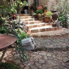 う~朝からめっちゃ暑い~^^;階段工事終わっておいて助かった~(笑) #暑い#木陰#石畳#アプローチ#mygarden#マイホーム