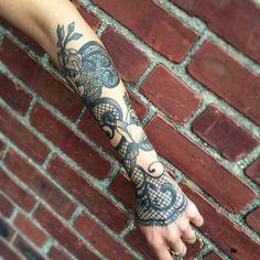 tatouage avant bras femme, tatouage baroque en dentelle filet de pêche