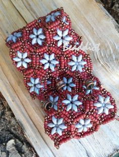 Hexagon cuff. Designed by Akke Jonkhoff, beaded by Beaddict. Seed bead, superduo bead, bracelet.