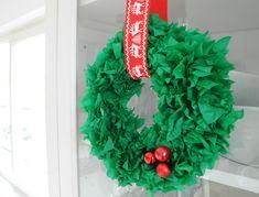 DIY Kerstkrans van zijdevloei! Deze kerstkrans kun je zelf maken of met de kinderen in elkaar kerstknutselen. De uitgebreide beschrijving van deze christmas wreath van tissue paper vind je op www.christmaholic.nl.