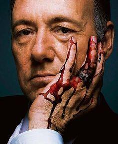 """Promi-Intrigant <i><b>Kevin Spacey spielt in der</b> <b>US-Serie """"House of Cards""""</b> <b>den skrupellosen Politiker</b> <b>Frank Underwood, der,</b> <b>um seine Ziele zu erreichen,</b> <b>auch vor Mord nicht</b> <b>zurückschreckt</b></i>"""