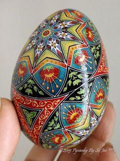 Over The Rainbow Saddlebag  Pysanka Pysanky Batik Ukrainian Style Easter Egg Art EBSQ par PysankyBySoJeo sur Etsy https://www.etsy.com/fr/listing/220409588/over-the-rainbow-saddlebag-pysanka