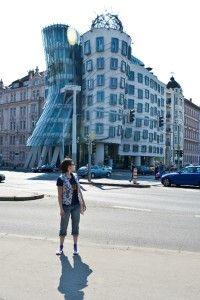 На фоне Пьяного дома многие фотографируются)