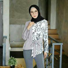 Batik Fashion, Hijab Fashion, Fashion Outfits, Model Baju Hijab, Blouse Batik Modern, Batik Muslim, Dress Batik Kombinasi, Batik Blazer, Mode Batik