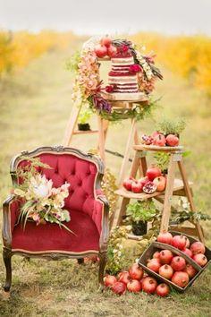 En parlant de joli assemblage décoratif, en voici un autre ! Cette fois pour présenter le wedding cake. Vos échelles décoratives peuvent en effet se réinventer en présentoir, il suffit pour ceci d'y glisser des planches entre chaque marches. N'hésitez pas à jouer sur les différentes tailles des échelles. Ici sur un escabeau plus haut, le wedding cake est mis en valeur. Une deuxième échelle, plus petite, est garnie de fruits pour un mariage à la campagne !