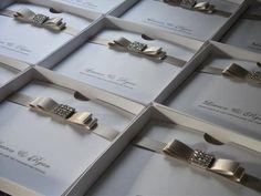 Save the date de casamento na cor branco e cinza com laço e cristais
