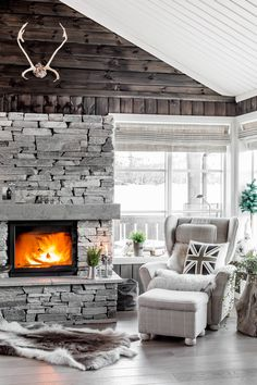 Amazing Stone Fireplace Design and Decorations Grey Stone Fireplace, Stone Fireplace Designs, Country Fireplace, Craftsman Fireplace, Living Room With Fireplace, Home Living Room, Cabin Fireplace, Freestanding Fireplace, Fireplace Remodel