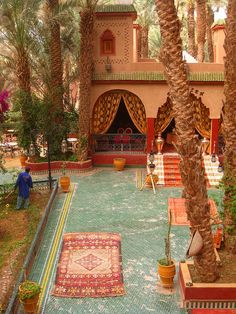 Palais Asmaa, Zagora, Morocco I want to sit in that courtyard! Moroccan Decor, Moroccan Style, Beautiful World, Beautiful Places, Living Haus, Living Room, Riad Marrakech, India Decor, Interior Exterior