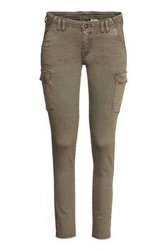 Dżinsy Super Skinny Low Ankle: Dżinsy ze spranego, elastycznego denimu. Niska talia, bardzo wąskie nogawki do kostki. Kieszenie po bokach i z tyłu, na nogawkach kieszenie z klapką i krytym zatrzaskiem.