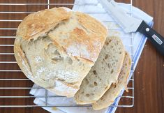 This artisan bread recipe is so easy to make and turns out amazing! It only takes 4 ingredients and 5 minutes of hands on time for crusty, delicious bread! How to make bread. Artisan Bread Recipes, Easy Bread Recipes, Cooking Recipes, Pastry Recipes, Easiest Bread Recipe Ever, Pain Artisanal, Cake Mix Cookies, Easy Meals, Favorite Recipes