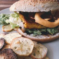 Burger mit Grillkäse Guacamole und Süßkartoffel-Rosmarin-Chips