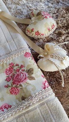 Toalha de lavabo com sachê Bathroom Towel Decor, Bathroom Crafts, Diy Arts And Crafts, Handmade Crafts, Sewing Crafts, Sewing Projects, Crochet Towel, Towel Crafts, Decorative Towels