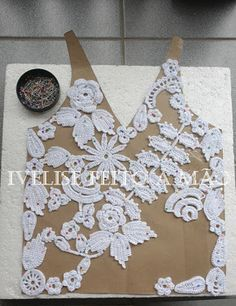 Irish Crochet Tutorial - Using a pattern to pin crochet motifs. A filling stitch connects them into a gorgeous blouse. From Ivelise Hand Made § bello con tutorial § Irish Crochet Tutorial, Irish Crochet Patterns, Crochet Motifs, Freeform Crochet, Gilet Crochet, Crochet Amigurumi, Crochet Flowers, Crochet Lace, Crochet Crafts