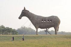 INCREÍBLE CABALLO DE TROYA. Una familia pasa junto a un caballo de Troya en la granja Tsou-Ma-Lai en la ciudad de Tainan, en el sur de Taiwán. Unos 200 operarios de la granja recreativa han necesitado tres meses para construir esta gran escultura con siete toneladas de heno. El caballo, esculpido con heno, bambú y acero, mide 20 metros de alto, otros 20 de largo y 8 de ancho. Los visitantes pueden subir a su interior y observar el paisaje por ocho ventanas. (EFE)
