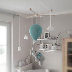 Außerdem ist nochmal ein goldiges Elefanten-Mobile ausgezogen. Da fliegt er hin mit seinem Ballon durch die Wolken. . Und ich mach mich jetzt mal fertig, denn gleich ist Spätdienst angesagt 😊. . Habt einen schönen Tag, ihr Lieben! . #häkeln #mobile #kinderzimmerdeko #elefant #elephant #wolken #handarbeit #handmade #mitliebegemacht #tina_empunkt