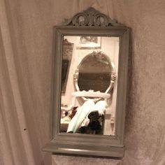 Skønt gammelt brunt spejl med lidt spejlpest og en lille hylde - fik en make-over med Paris Grey og en sjat Old White og fik hvid voks til sidst