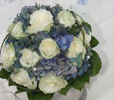 """Hortensien-Brautstrauß - weiß-blau muss nicht immer """"krachert"""" sein - Bavarian wedding bouquet white and blue   www.riessersee.com"""