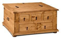 Ajoutez une légère touche antique à votre demeure grâce à cette table à café Santa Fe Rusticos de style coffre. Le bois de pin naturel et la quincaillerie en métal confèrent à cette table à café une allure rustique que vous aimerez. Équipée de cinq tiroirs, vous n'aurez plus à vous inquiéter d'égarer votre télécommande ou vos piles de rechange. De plus, le dessus de table s'ouvre pour vous permettre de ranger rapidement les couvertures ou les jouets lorsque les invités sont en route.