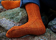 stitcherywitchery:  Paper Moon Socks – a free knitted sock pattern by AnneLena Mattison. Instructions available in English and in German.