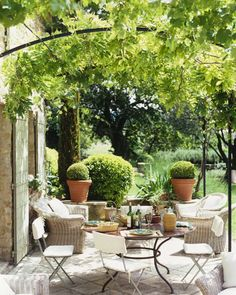 Casual Parisian Alfresco Style and curved pergola Outdoor Seating, Outdoor Rooms, Outdoor Dining, Outdoor Gardens, Outdoor Decor, Outdoor Lounge, Pergola Patio, Backyard, Pergola Kits