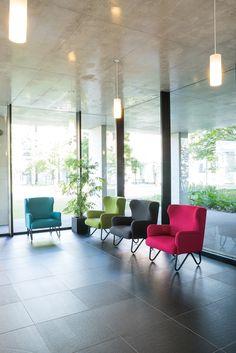 RUZE LITTLE WING lounge chair : 計算された背・座の傾斜、クッション構成が最適な座心地を実現しました。 なだらかにカーブする小さなウイングは意匠性だけでなく寄りかかるのにも適しています。