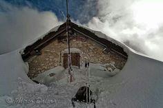 Malga sommersa di neve