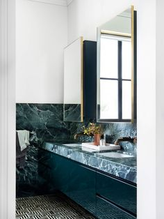 Walk through a refreshed Art Deco-style abode in Vaucluse by Sydney-based architecture and interior design studio Tzannes, home to a family of six. Casa Art Deco, Art Deco Stil, Art Deco House, Interior Design Studio, Bathroom Interior Design, Interiores Art Deco, Art Deco Bathroom, Master Bathroom, Bathroom Trends