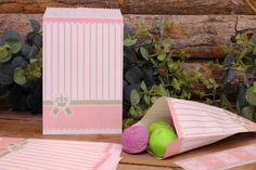 Χάρτινα Σακουλάκια PI4441-2  Χάρτινα σακουλάκια σε vintage ύφος, ιδανικά για το candy buffet. Γεμίστε τα σακουλάκια με γλυκά και δώρα για μικρούς και μεγάλους! Συνδυάστε τα σακουλάκια με αντίστοιχα καλαμάκια, χαρτοπετσέτες, καρτελάκια, πιατάκια και ποτηράκια για να δώσετε ένα ζωηρό και χαρούμενο ύφος στις εκδηλώσεις σας. Floor Chair, Flooring, Furniture, Vintage, Home Decor, Decoration Home, Room Decor, Hardwood Floor, Home Furnishings