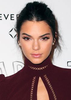 If you're a Kardashian or a Jenner, you're used to being in the spotlight. But Kendall Jenner is well on her way to becoming a fashion icon in her own right Hair And Beauty, Beauty Makeup, Hair Makeup, Makeup Style, Kendall Jenner Style, Beauty Trends, Beauty Hacks, Beauty Advice, Mascara Hacks