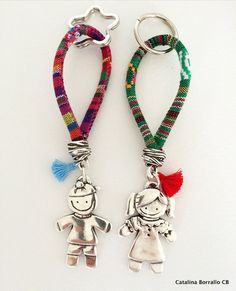 Ethnic keyrings with children's pendants made of Zamak with 15 micron silver bath. The ethnic cord besides giving it color and joy has an ergonomic function that allows to hold the keychain with comfort. Jewelry Clasps, Diy Jewelry, Jewelery, Handmade Jewelry, Jewelry Making, Beaded Purses, Bijoux Diy, Creations, Etsy
