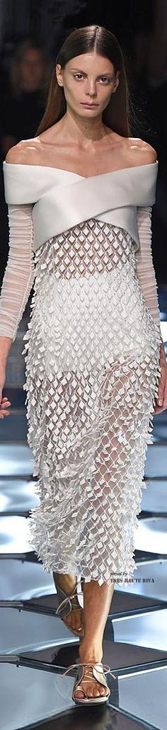 Balenciaga Spring 2015 Ready-to-Wear Fashion Show - Audrey Nurit (Women) White Fashion, Look Fashion, Trendy Fashion, Fashion Show, Fashion Design, Fashion 2015, Fashion Images, Female Fashion, Spring Dresses