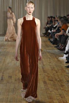 Alerta Fashion Week - NY Feminino - O Veludo continua com força no Inverno 2018. Nesta edição da NYFW, os vestidos ganharam comprimento midi, cores de pedras preciosas e vibrantes, como amarelo, azul Royal e bronze. Imagem: Ulla Johnson.