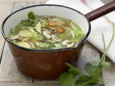 Asiatische Kohlsuppe mit Tofu, Bambus und Shiitakepilzen: Spitzkohl, Shiitakepilze und Bambus haben kaum Kalorien. Der Tofu liefert Eiweiß satt.