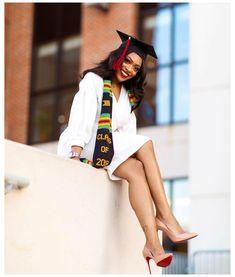 Graduation Look, College Graduation Photos, Graduation Picture Poses, College Graduation Pictures, Graduation Portraits, Graduation Photoshoot, Graduation Photography, Grad Pics, Graduation Ideas