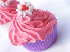 Nope... not a cupcake... it's a bath bomb! And, here's the DIY bath bomb recipe.